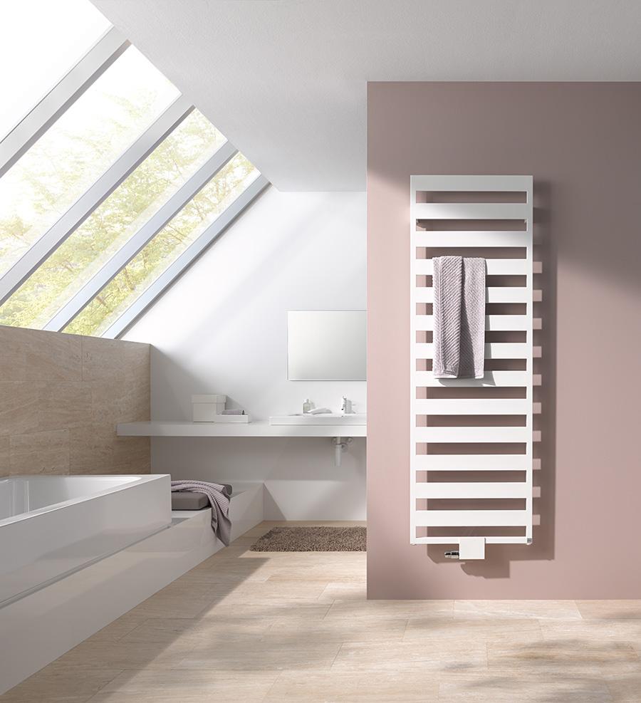 Klare Linien, geometrische Formen – Casteo gestaltet mit markanter Rahmenoptik den Raum. Die großen Lücken der horizontalen Heizrohre ermöglichen das variable, leichte Einlegen und Entnehmen von Handtüchern.