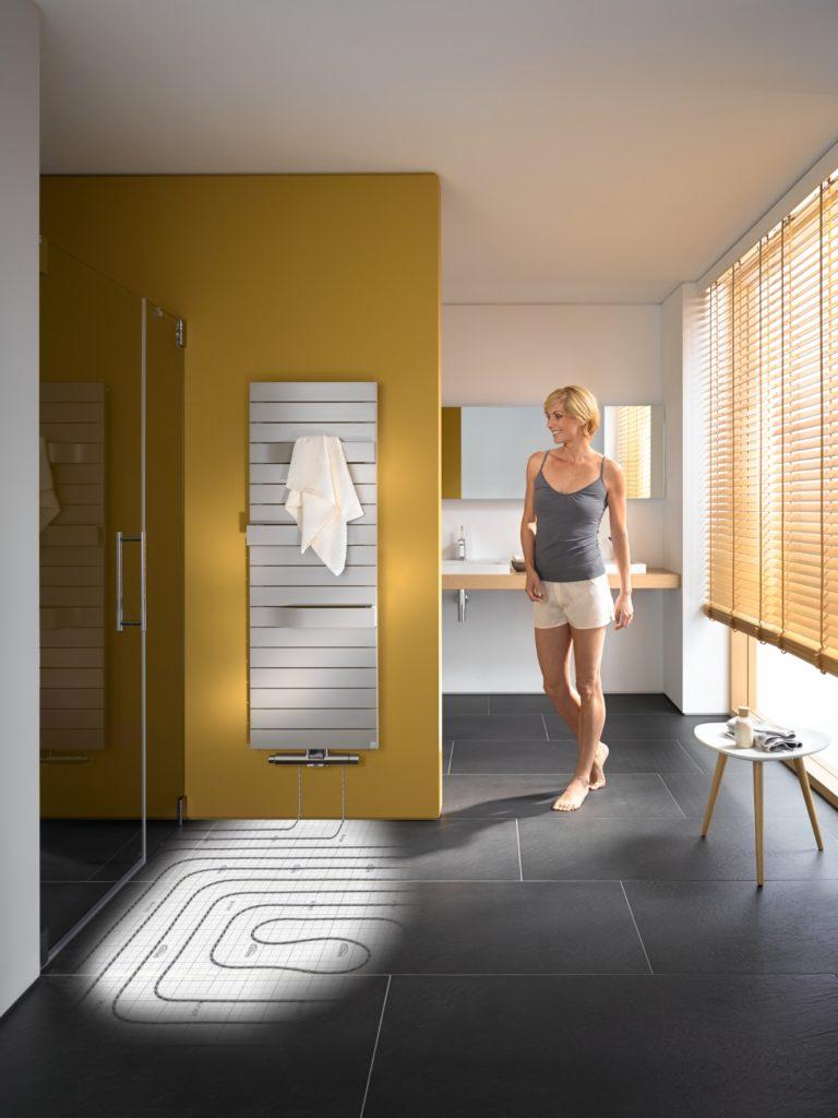 Die x-link Anschlussgarnituren binden die Fußbodenheizung über verschiedene Heizkörpermodelle an das vorhandene Heizkörpernetz an – und zwar ohne aufwändige Baumaßnahmen, separaten Heizkreis oder klobige Regelungskästen. So profitieren die Bewohner von der angenehmen Wärme der Fußbodenheizung und können gleichzeitig kurzfristig höheren Wärmebedarf über einen optisch ansprechenden Heizkörper decken. Gerade bei der Renovierung im Bad ist das besonders komfortabel.