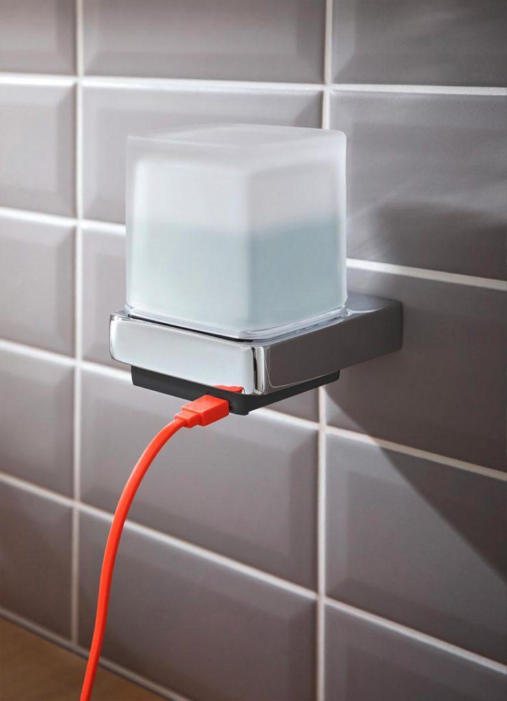 Der berührungslose Seifenspender wird über ein Micro-USM Kabel geladen. Foto: Emco Bad