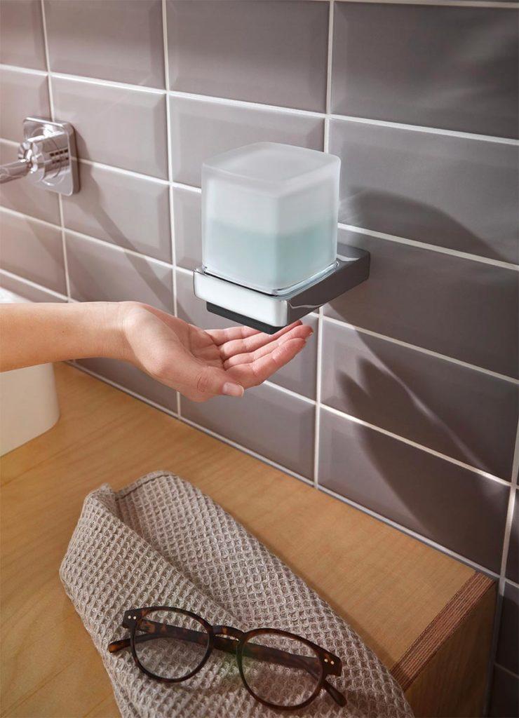 Emco bietet nun einen berührungslosen Seifenspender mit Sensor für Zuhause. Foto: Emco Bad