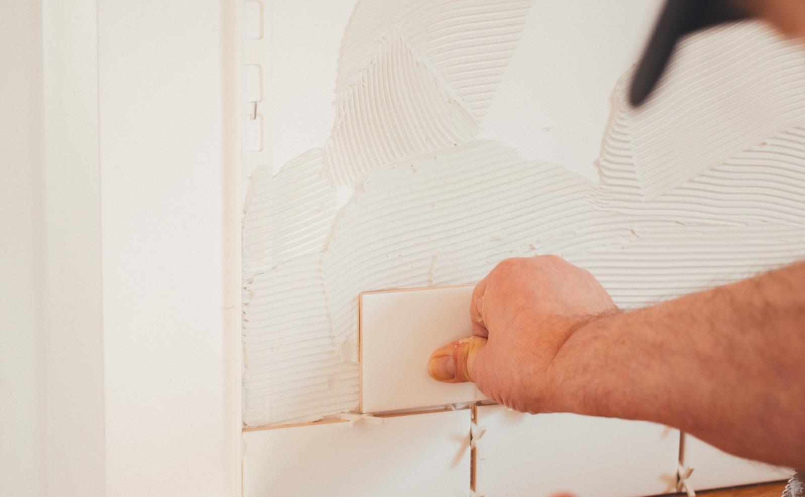 Bad fliesen lassen: Welche Kosten entstehen pro Quadratmeter