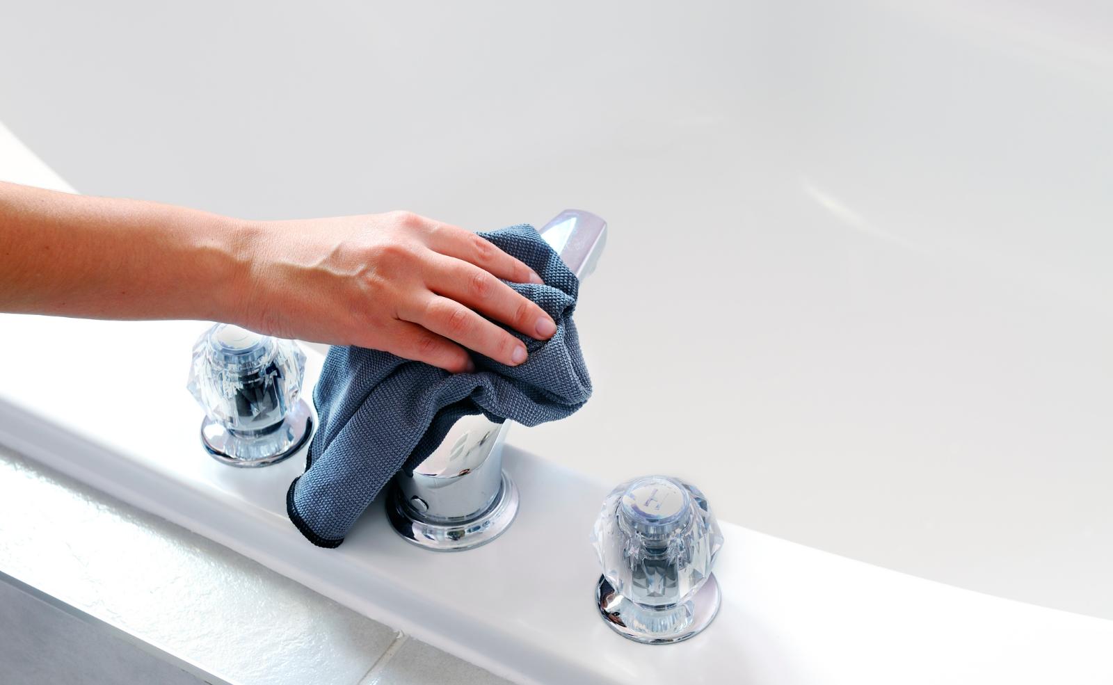 Putzt man regelmäßig, haben Schmutz und Kalk keine Chance