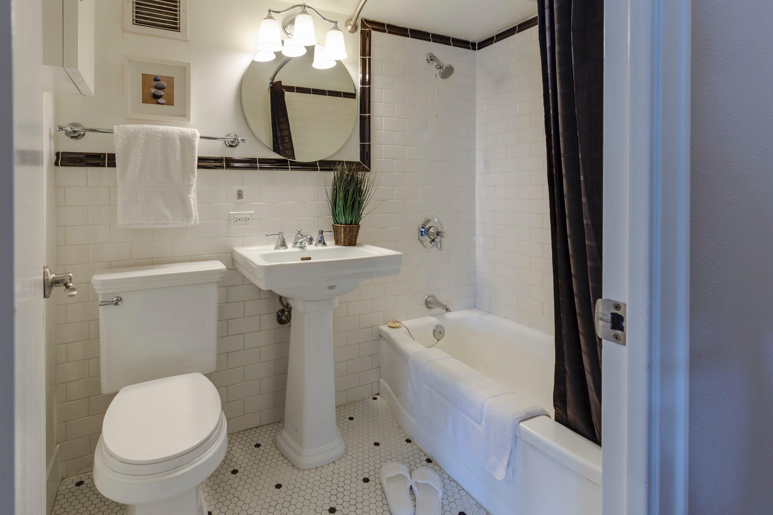 Die richtigen Fliesen können ein kleines Bad größer wirken lassen