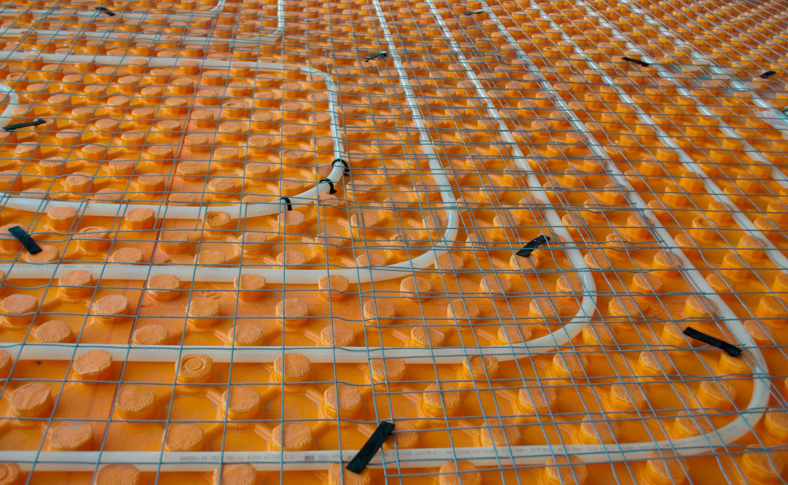 Fußbodenheizungen haben neben ihren vielen Vorteilen einen großen Nachteil: Die Kosten des Einbaus