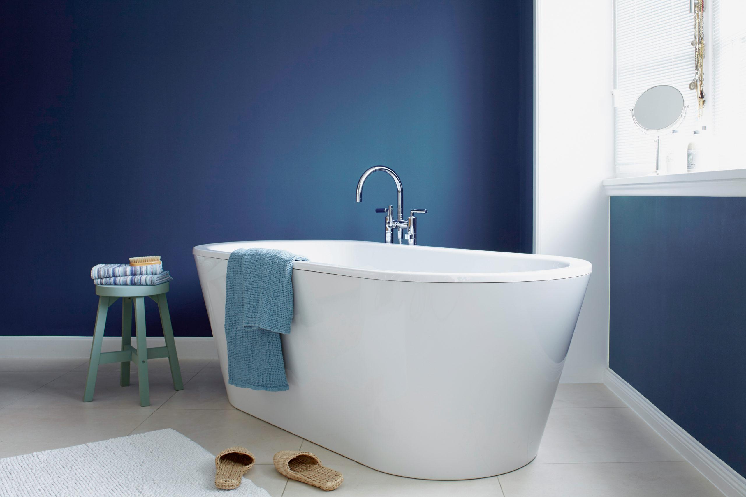 Wasserabweisende Farben können im Bad ein echter Hingucker sein. Quelle: Alpina Farben GmbH