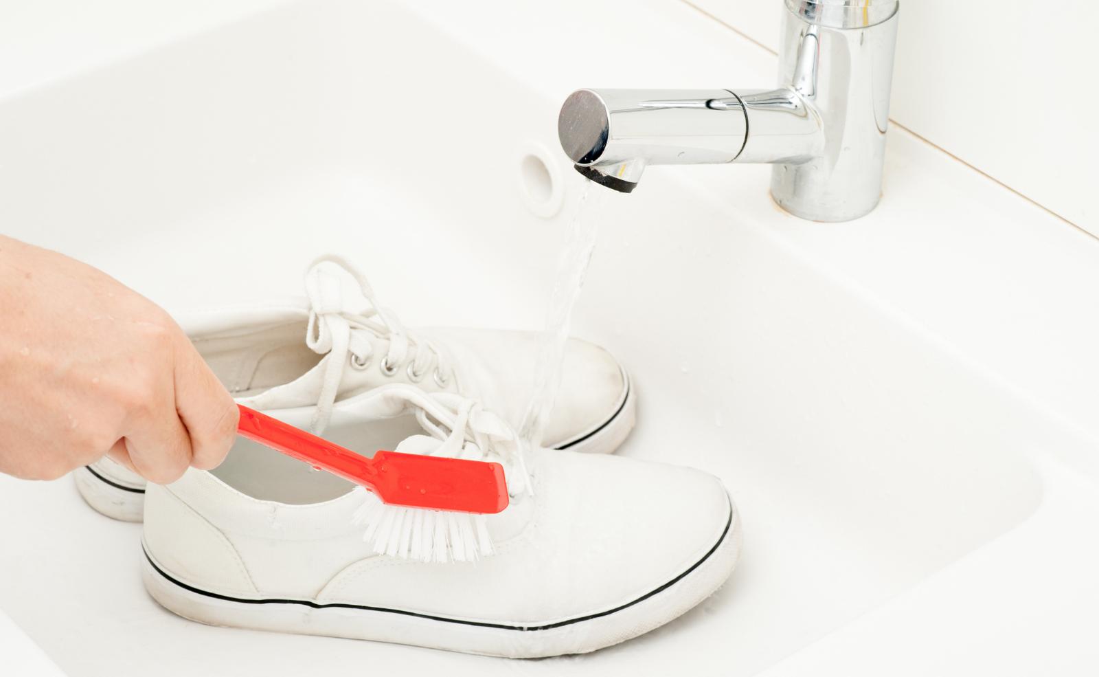 Manche Schuhe solltest du lieber schonend von Hand reinigen