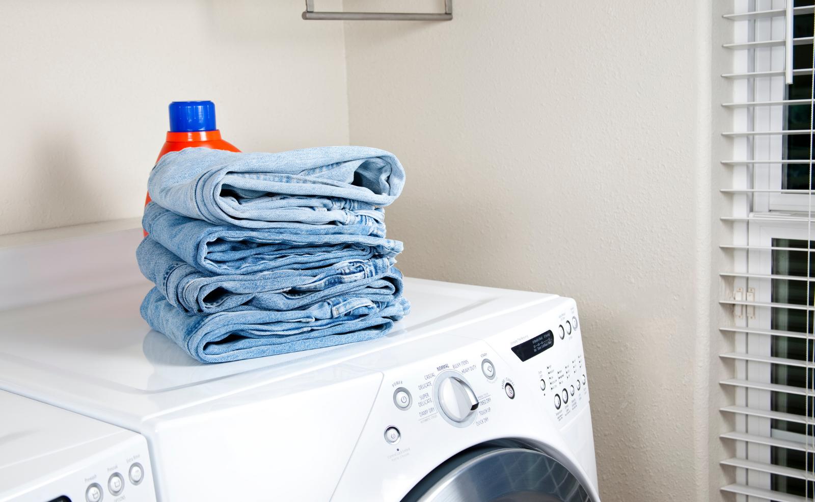 Normalerweise kannst du deine Jeans ohne schlechtes Gewissen in den Trockner schmeißen. Achte dabei aber auf das Material!