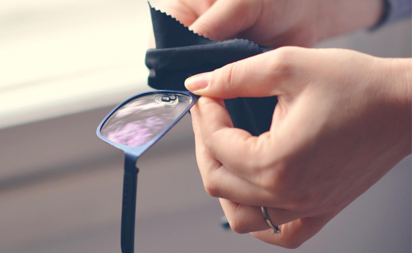Damit deine Brille schön sauber wird, solltest du das Brillenputztuch von Zeit zu Zeit reinigen.
