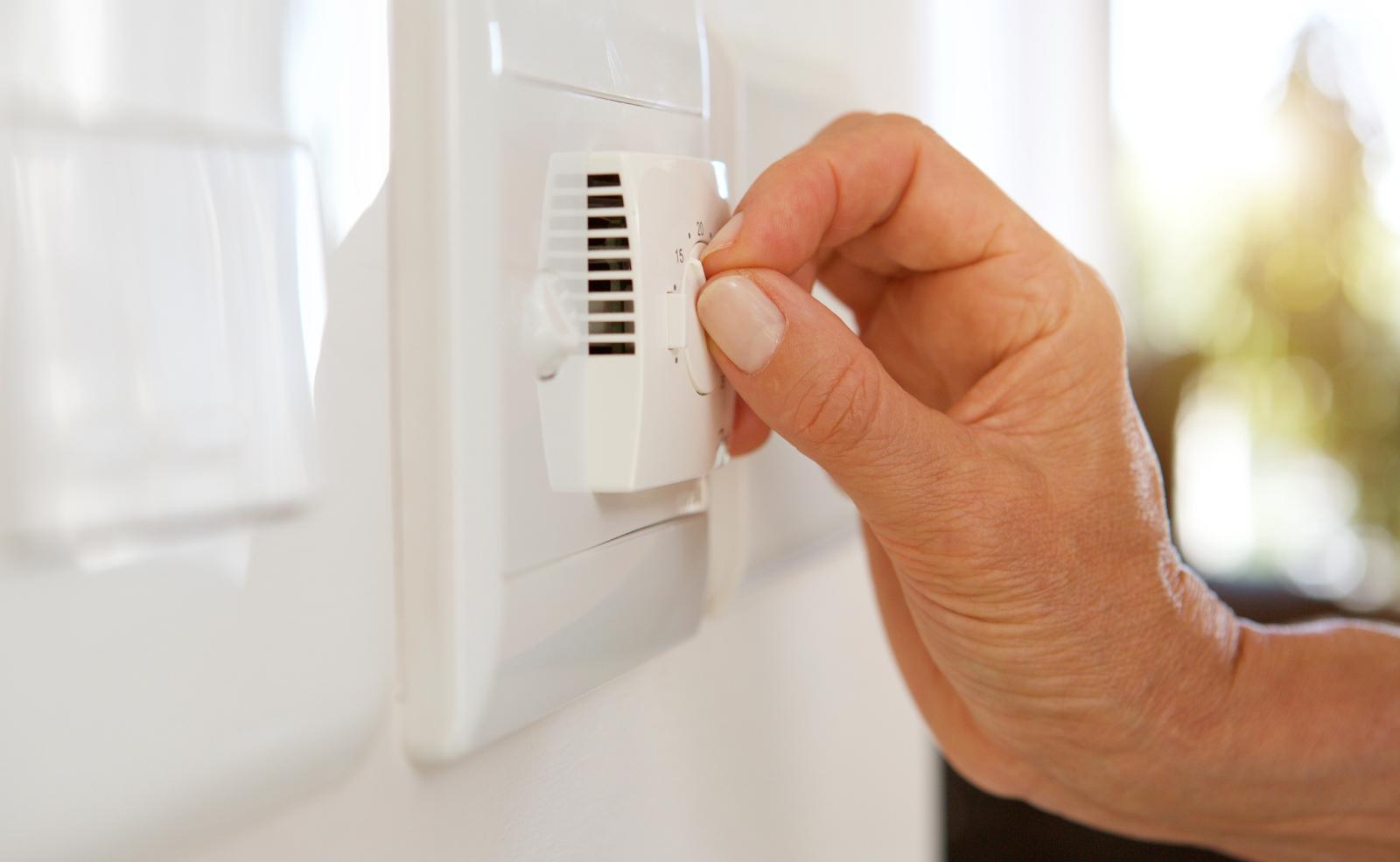 Mit der richtigen Raumtemperatur kannst du feuchten Wänden vorbeugen.