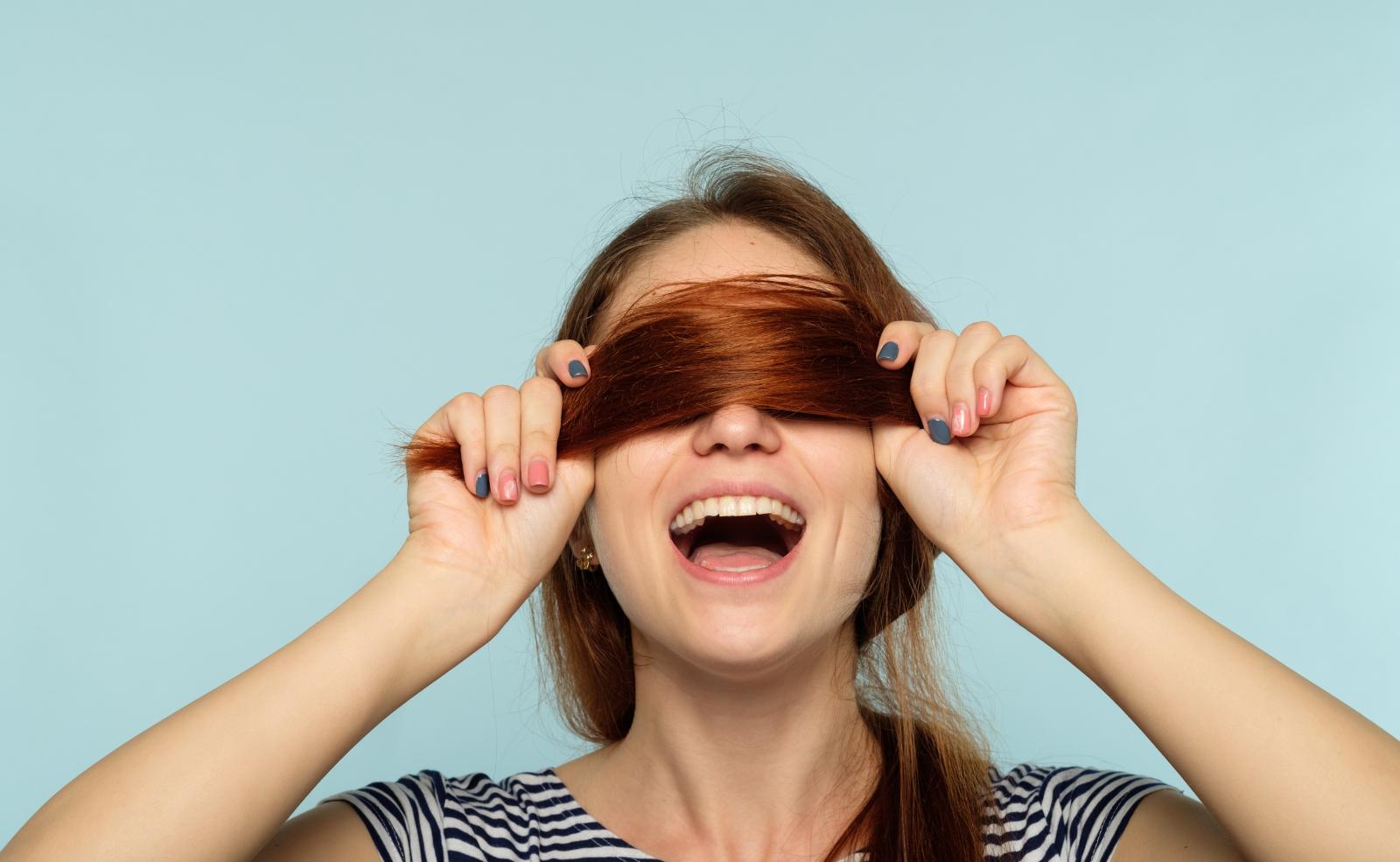 Gelegentlich kannst du zum Trockenshampoo greifen, das sollte aber nicht zur Mode werden - deine Kopfhaut dankt es dir.