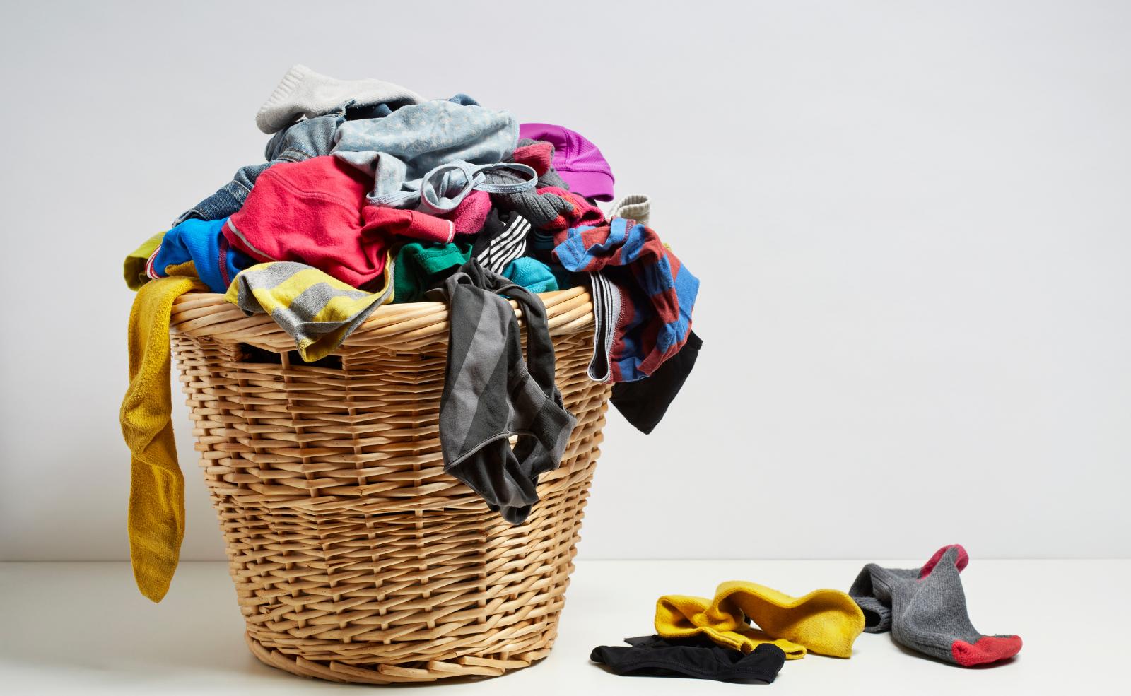 Das Vermeiden von defekten Waschmaschinen fängt schon bei der Wäsche an. Überprüfe Hosen, Pullover, etc. immer auf etwaige Gegenstände in den Taschen.