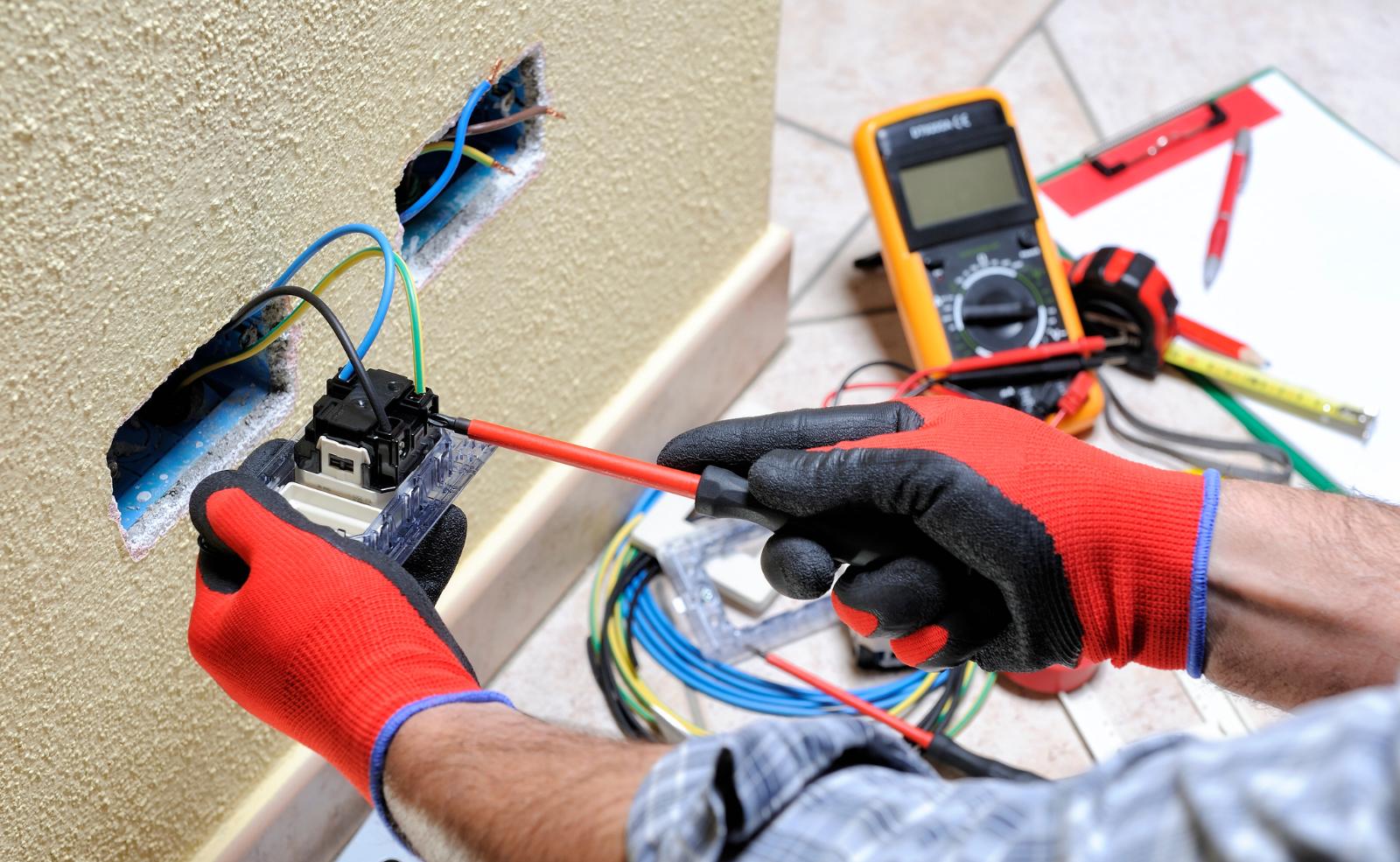 Das Arbeiten mit Strom ist trotz allem sehr gefährlich. Im Zweifelsfall sollte man immer einen Fachmann ans Werk lassen.
