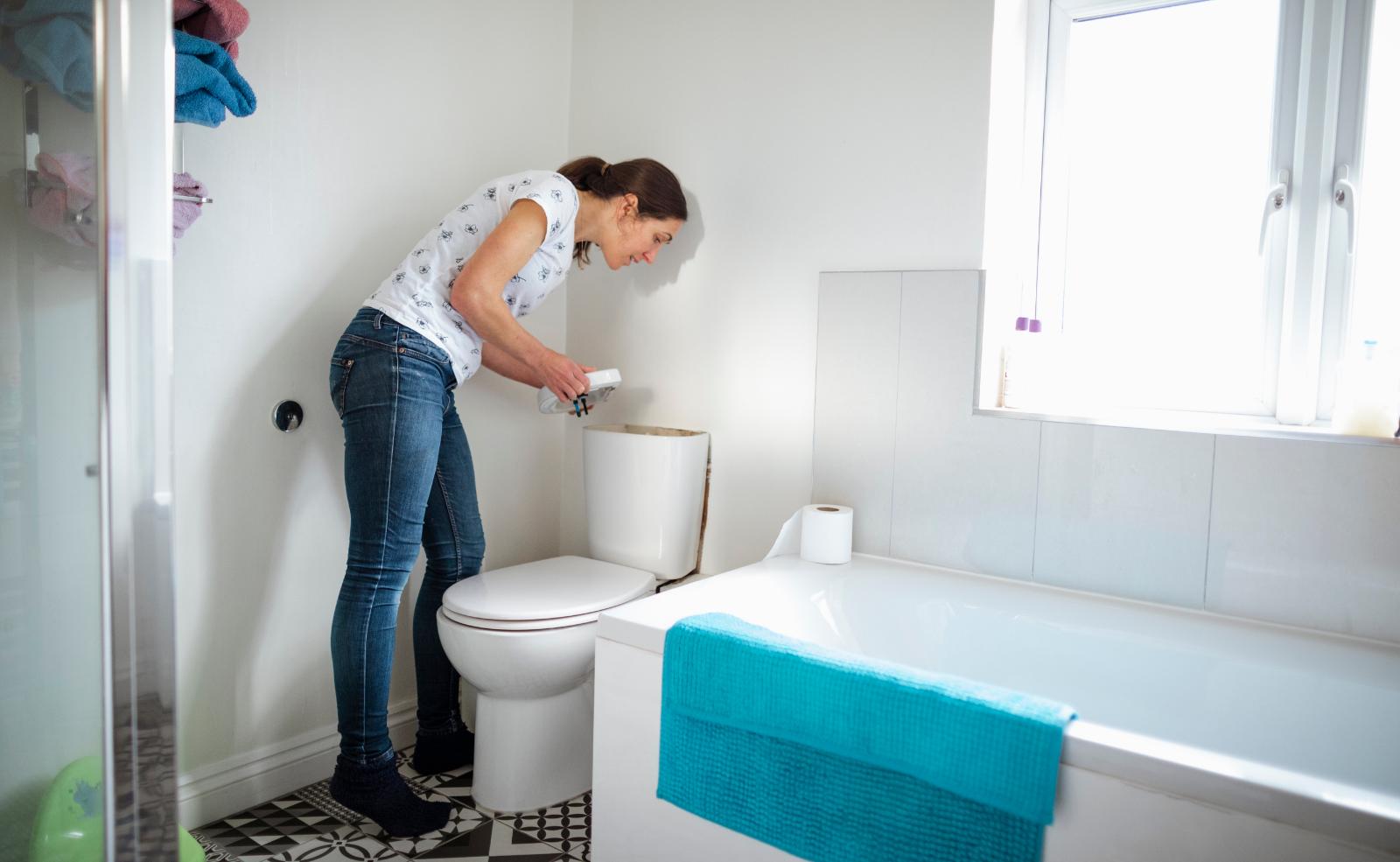 Von Zeit zu Zeit sollte man den WC-Spülkasten reinigen.