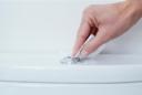 Wie mache ich einen WC-Spülkasten sauber?