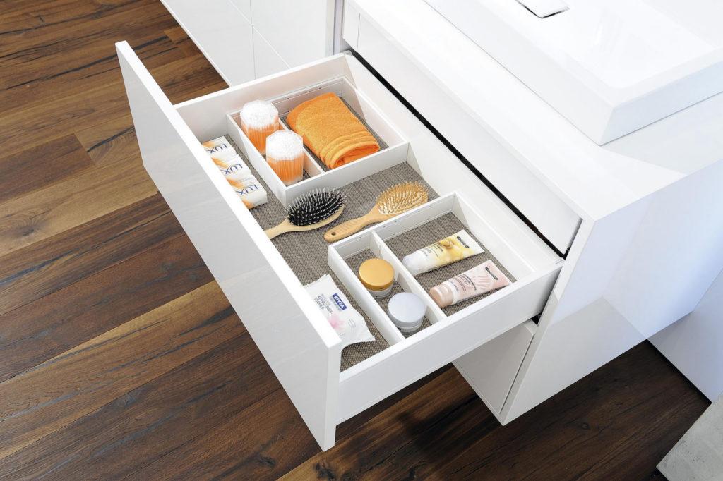 Die Schubladeneinsätze AMBIA-LINE gibt es in unterschiedlichen Farben, auch in Weiß. Foto: Julius Blum GmbH