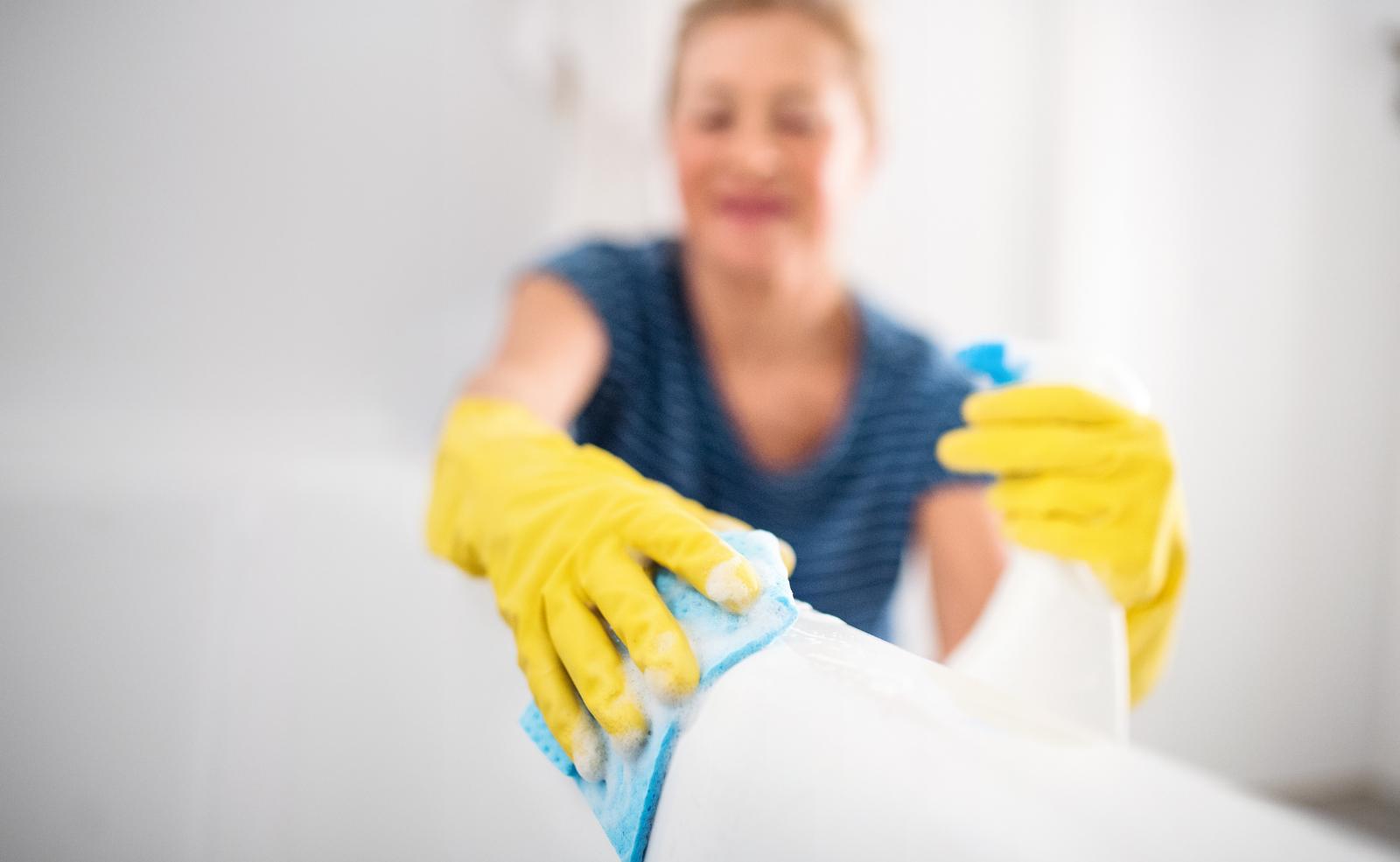 Mit bewährten Hausmitteln bekommst du den Abfluss deiner Badewanne leicht sauber.